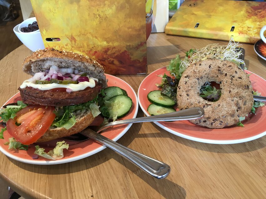 Vegan @ Bagels and Beans Meatless Magic bagel en Awesome Prana